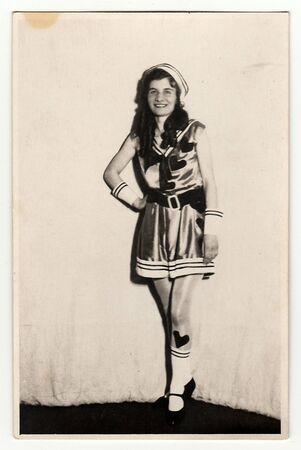 RÉPUBLIQUE TCHÉCOSLOVAQUE, CIRCA 1930: Une photo de portrait vintage montre une jeune fille vêtue d?un costume de carnaval rétro (costume marin). Portrait de studio photo, vers les années 1930. Banque d'images - 81398927