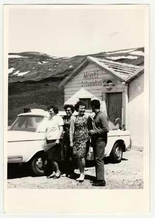 ITALY, CIRCA 1960s: Vintage photo shows people on vacation, circa 1960s. 新聞圖片