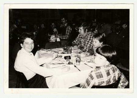 DE SOCIALISTISCHE REPUBLIEK CZECHOSLOVAK, 1985: Vintage foto toont een groep mensen in het restaurant. Redactioneel