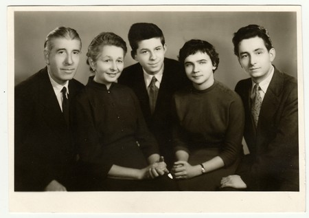 THE CZECHOSLOVAK SOCIALIST REPUBLIC, CIRCA 1950s: Vintage photo of family. 新聞圖片