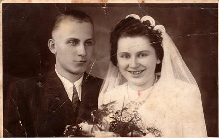 CZECHOSLOVAK SOCIALISTISCHE REPUBLIEK - CIRCA 1950's: Uitstekende foto van pasgetrouwden. Redactioneel