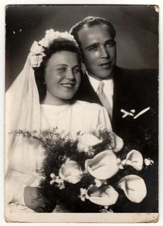 LA REPÚBLICA SOCIALISTA CZECHOSLOVAK - CIRCA 1950: Foto de la vendimia de recién casados. Foto de archivo - 81752473