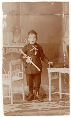 HODONIN, AUTRICHE-HONGRIE - CIRCA 1910s: Une photo vintage montre un jeune garçon - la première sainte communion. Photo noir et blanc antique avec la teinte sépia.