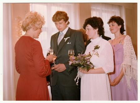 DE SOCIALISTISCHE REPUBLIEK TSJECHOSLOVAK - CIRCA 1980: Vintage foto toont de feestdrank van het huwelijk na de huwelijksvoltrekking. Kleurenfotografie.