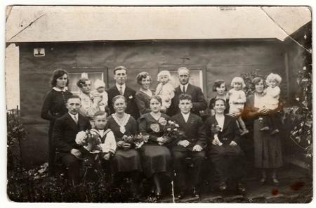 ALEMANIA - CIRCA 1940: Foto de época muestra una gran familia posa detrás de la casa. Fotografía antigua en blanco y negro.