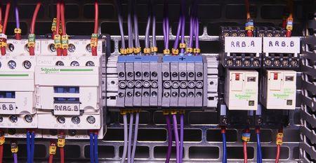 La imagen muestra el cubículo de control. Contactores eléctricos Schneider y interruptores automáticos Schneider dentro de la caja de alimentación. Foto de archivo - 87459357