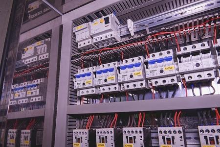 La imagen muestra los interruptores automáticos, marca SCHRACK. De cerca. Caso de distribución moderna. Editorial