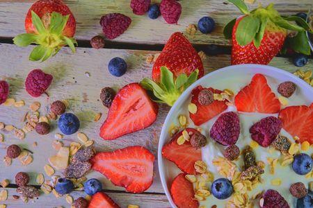 Composition of a typical genuine breakfast made with yoghurt, blueberries, raspberries, blueberries, muesli. Banco de Imagens