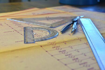 Lieu de travail de l'ingénieur électricien - projet électrotechnique, règles et compas diviseur. Concept de construction et d'électrotechnique. Outils d'ingénierie. Schéma