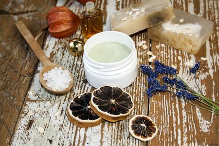 Cosmétique bio. Composants cosmétiques et crème aux herbes. Fait main Banque d'images - 79829493