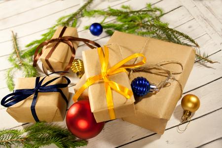 Nouvelle année et boîtes de cadeau de noël dans un style rustique sur un bois concep Banque d'images - 82745366