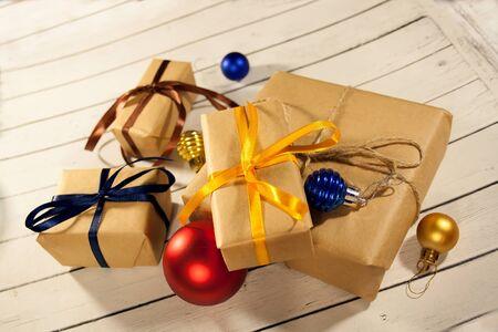 Nouvelle année et boîtes de cadeau de noël dans un style rustique sur un bois concep Banque d'images - 82745727