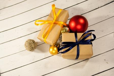 Nouvelle année et boîtes de cadeau de noël dans un style rustique sur un bois concep Banque d'images - 82745728
