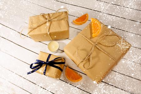 Cadeaux de Noël et nouvel an dans un style rustique sur un fond blanc en bois. La neige et l'éclat des flocons de neige d'hiver de Noël. Décorations de la veille. Joyeux Noël Banque d'images - 82745387