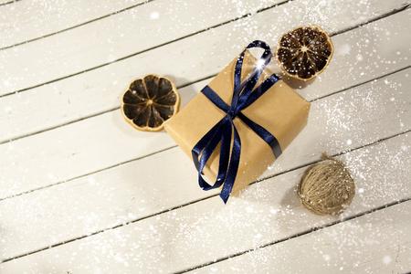 Cadeaux de Noël et nouvel an dans un style rustique sur un fond blanc en bois. La neige et l'éclat des flocons de neige d'hiver de Noël. Décorations de la veille. Joyeux Noël Banque d'images - 82745388