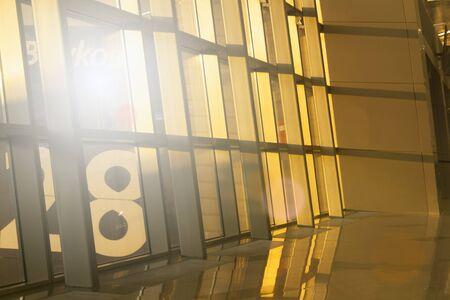 Fond de technologie photo entreprise. Lumière du soir dans les gratte-ciel de bureau. Abstrait géométrique moderne. Banque d'images - 91360666