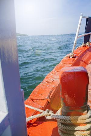 Montez à bord du bateau. Soleil d'été. Tourisme concept, voyages et loisirs. Ferry authentique. Croisière océan. Banque d'images - 91430424