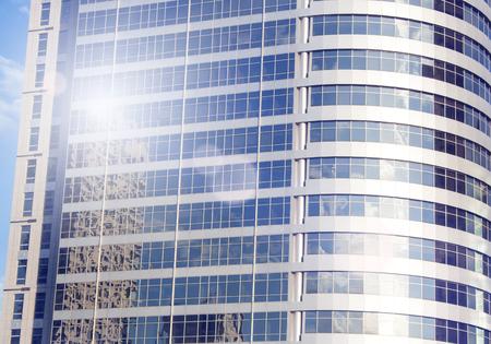 Gratte-ciel à Tel-Aviv, Israël. Société de fond d'architecture de ville moderne, tonifiant. Rayons du soleil et lumière parasite. Technologie des affaires et des finances. Réflexion. Banque d'images - 91355860
