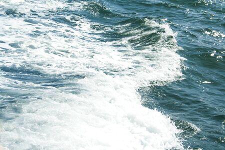 Photo d'été de la mer, de l'océan et des îles en arrière-plan. Île tropicale. Vacances de loisirs en été. Lens flare, tonique. Banque d'images - 91344671
