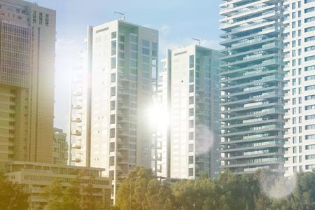 Gratte-ciel à Tel-Aviv, Israël. Société de fond d'architecture de ville moderne, tonifiant. Rayons du soleil et lumière parasite. Technologie des affaires et des finances. Banque d'images - 91335399