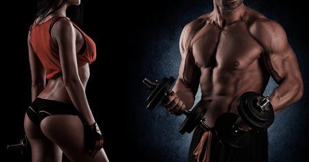 fitnes: Młoda piękna para, kulturystyka, pozują przed kamerą, seksowna, silna
