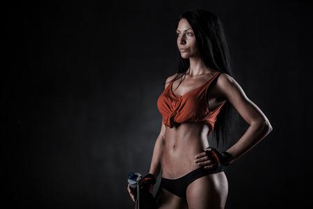 atletismo: hermosa mujer sobre un fondo oscuro a aptitud