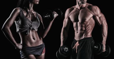 фитнес: спортивная красивая сексуальная молодая пара позирует в студии