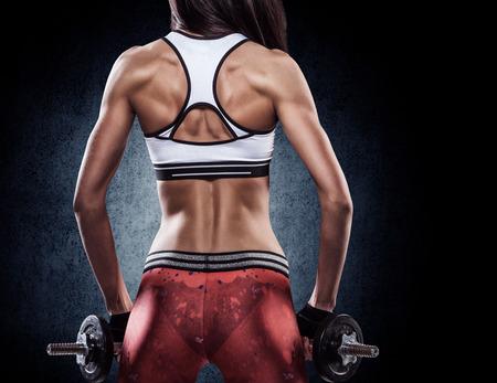 ejercicio: joven hermosa chica haciendo ejercicios atl�ticos con pesas