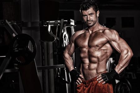 muscle training: dunklen Hintergrund in Fitness engagiert