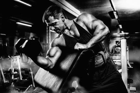 hombres trabajando: muy potencia atlética chico culturista, ejecutar el ejercicio con pesas Foto de archivo