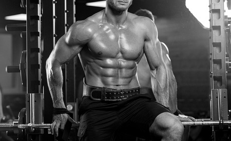 muscle training: Athlet muskulösen Bodybuilder Training am Simulator in der Turnhalle