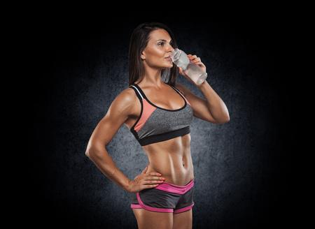 musculoso: Foto de cerca de un cuerpo de modelo de la aptitud Foto de archivo