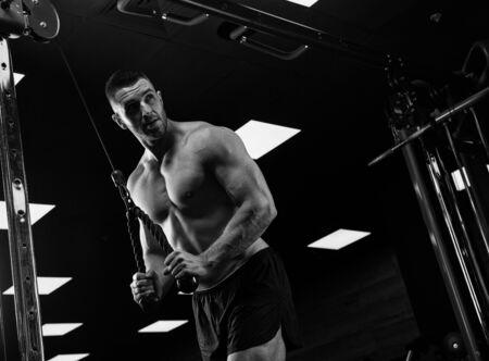 fitness hombres: Hombre hermoso con los músculos grandes, que presenta en la cámara