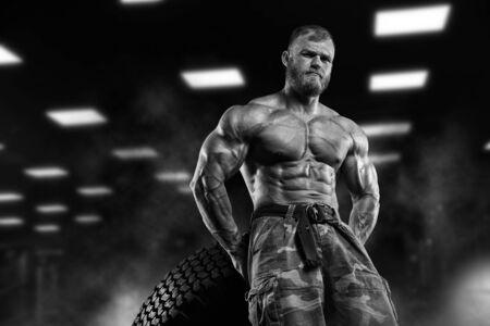 fitness hombres: Atlética muscular del gimnasio culturista modelo posando después de ejercicios en el gimnasio Foto de archivo