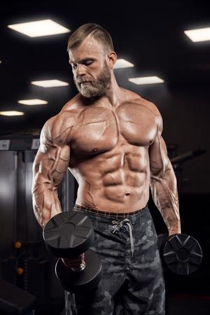Muskulöser athletischer Bodybuilder Fitness-Modell posiert nach Übungen im Fitness-Studio Standard-Bild