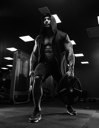 musculation: Young Muscular Fitness Bodybuilder Doing Heavy Weight Exercise