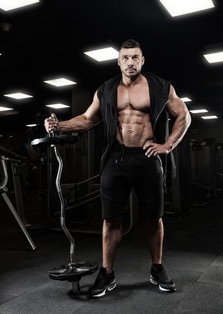 muskeltraining: Erwachsenen Bodybuilder Gewicht in der Turnhalle Heben zu tun. Lizenzfreie Bilder