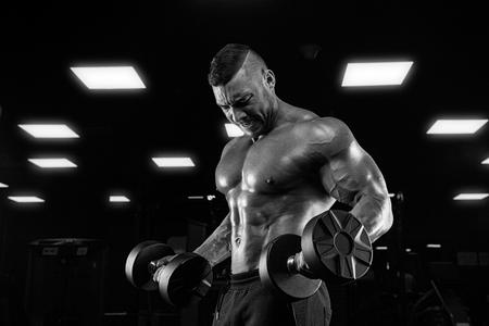 muskeltraining: Stattliche Leistung Athletisch Guy Male - Fitness Muskulös Körper