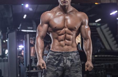 Bodybuilder workout with dumbbells Banque d'images