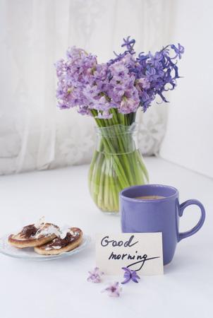 hyacinthus: Jacinto flores en un frasco transparente con nota dios de la ma�ana, casa de titular de la vela y el desayuno