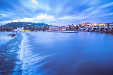 Vista no Castelo de Praga e na Cidade Pequena da passarela de Novotny