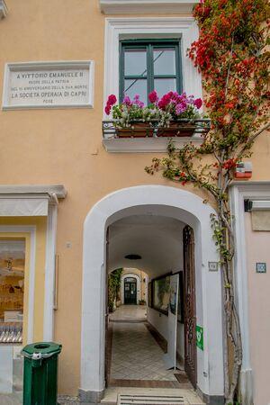 The famous Piazzetta in the center of Capri, Italy Standard-Bild - 128839332