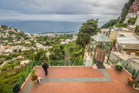The famous Piazzetta in the center of Capri, Italy Standard-Bild - 128839337