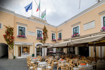 The famous Piazzetta in the center of Capri, Italy Standard-Bild - 128836962