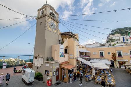 The famous Piazzetta in the center of Capri, Italy Standard-Bild - 128836979