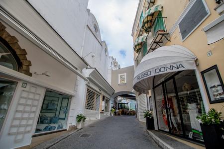 The famous Piazzetta in the center of Capri, Italy Standard-Bild - 128836986
