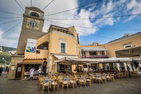 The famous Piazzetta in the center of Capri, Italy Standard-Bild - 128836989