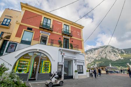 The famous Piazzetta in the center of Capri, Italy Standard-Bild - 128836990