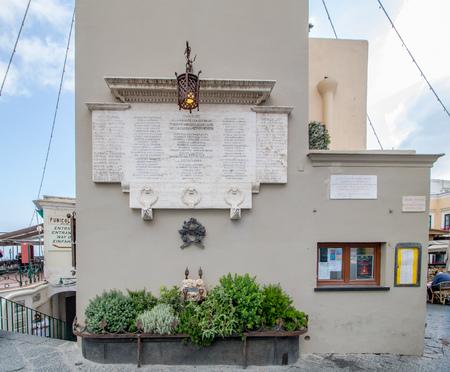 The famous Piazzetta in the center of Capri, Italy Standard-Bild - 128836992