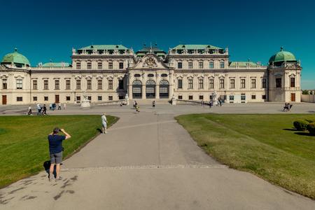 Palace garden of Belvedere in Vienna, Austria Standard-Bild - 128837009